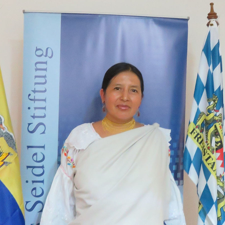 Coordinadora de Becas: Azucena Quilumbaquí