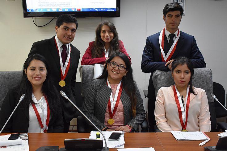 Parlamentarios jóvenes durante el trabajo en comisiones.