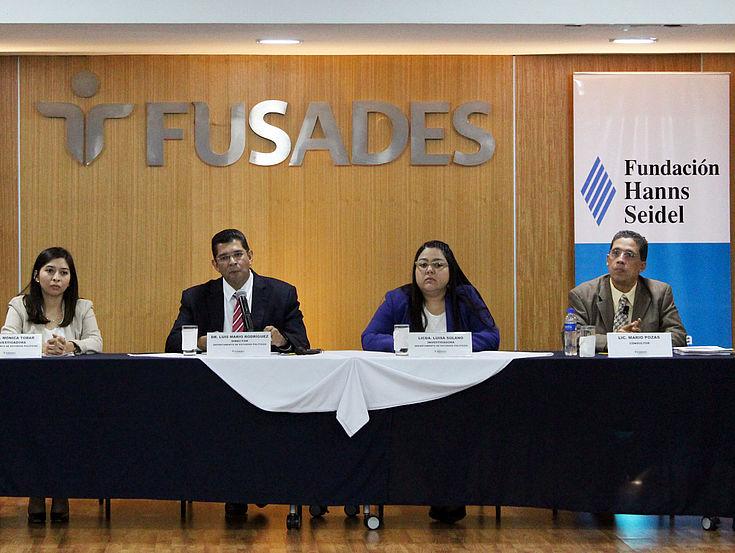 """Investigadores de FUSADES que contribuyeron a la elaboración del documento """"El Salvador. Año Político""""."""