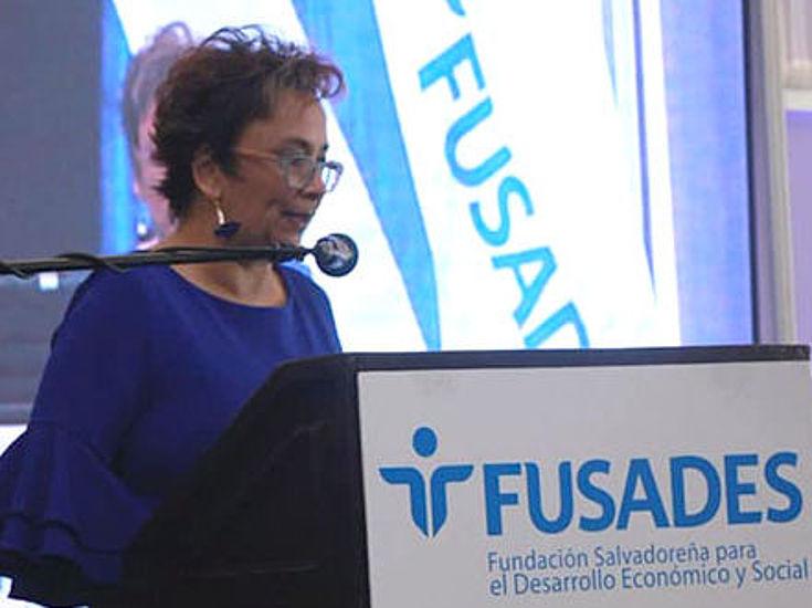 Ingrid Schlaffke de Escobar subdirectora de la Fundación Hanns Seidel para Centroamérica da las palabras iniciales del evento.