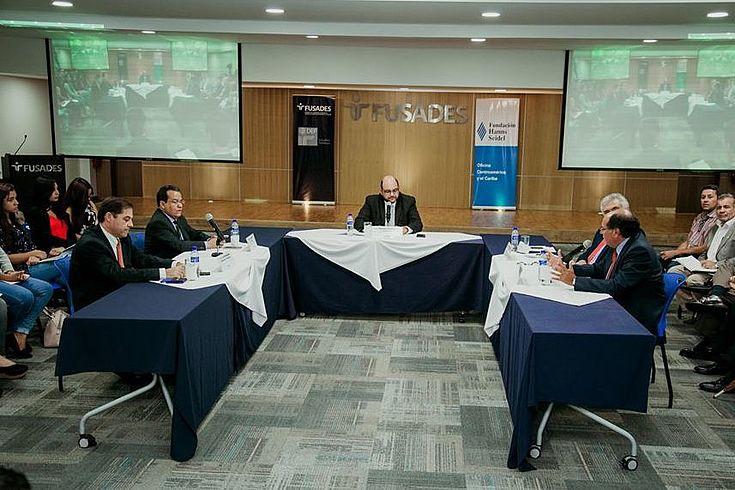 """Foro """"La posición del gobierno salvadoreños frente a la situación venezolana"""""""