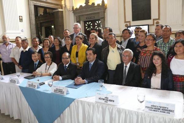 Mesa de honor y Delegados Departamentales en el Lanzamiento del Parlamento Juvenil de Guatemala 2017