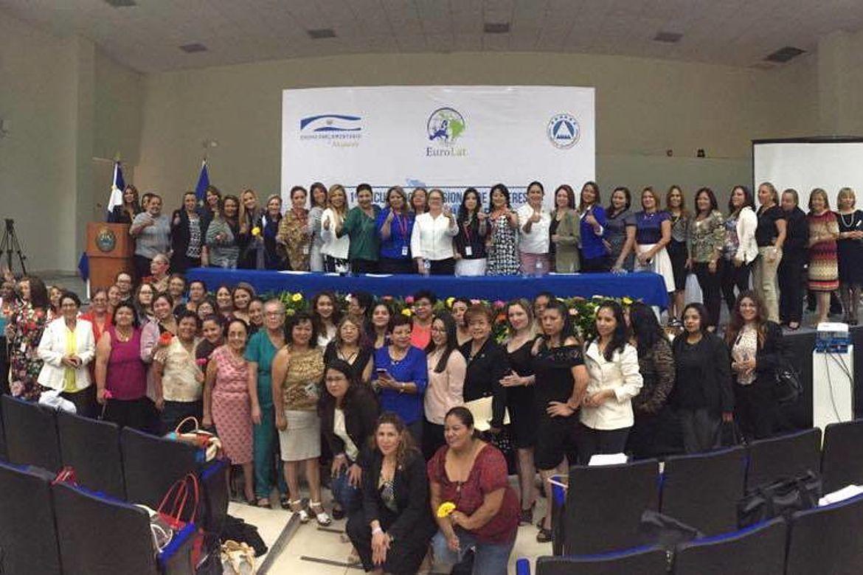 Foto grupal del Primer Encuentro Birregional sobre Género e Igualdad